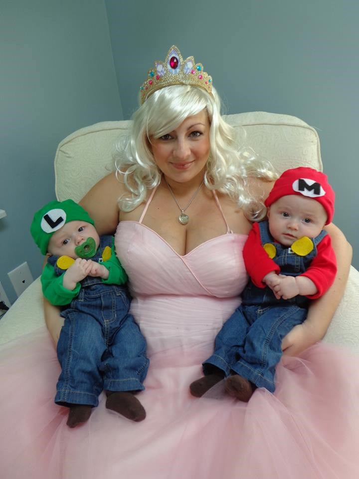 Мама mia! Vanessa Bellitti celebrated her twins' first Halloween by dressing as Princess Peach with her little Mario and Luigi.