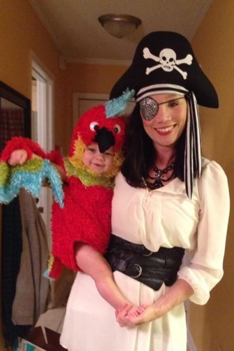 Ахои, matey: Haley Willis Little donned pirate garb and dressed little Eli as her parrot.