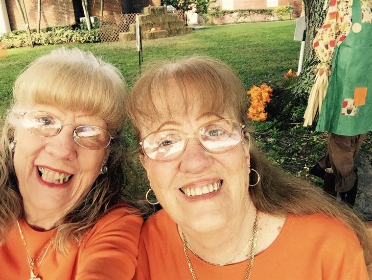 Tvilling women in orange