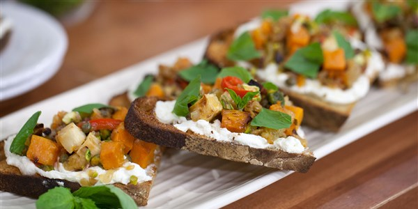 Rădăcină Vegetable and Feta Bruschetta