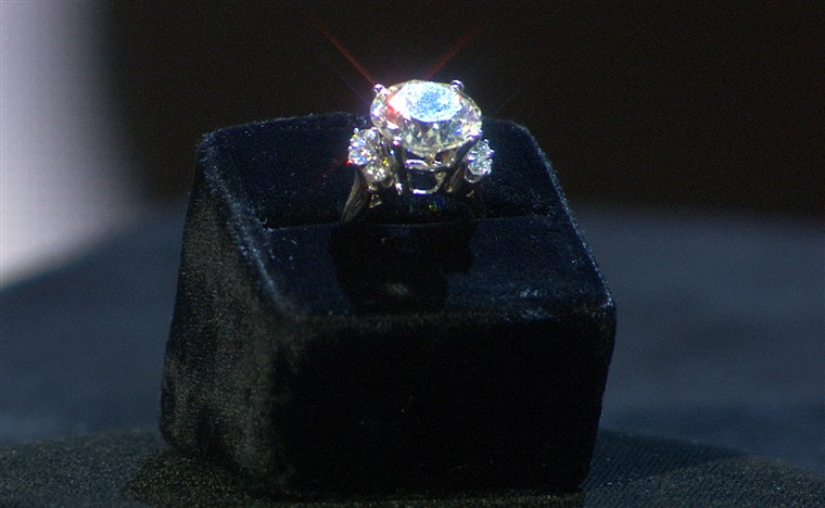Ghimbir Alden's engagement ring.