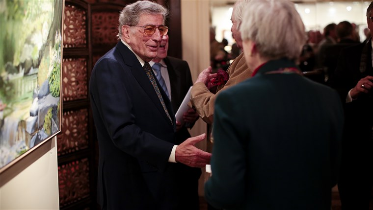 Bild: Tony Bennett greets visitors to his exhibit in New York. The gallery of paintings and sculptures features work from throughout his career.