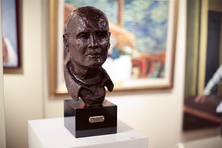 "Bild: A bust of singer-actor Harry Belafonte is displayed among Bennett's paintings. Bennett titled the sculpture of his dear friend, ""The Patriot."""