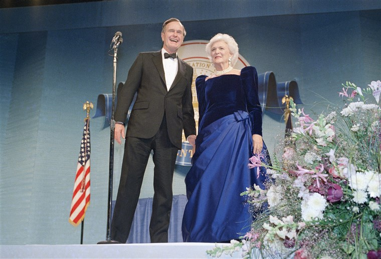 Președintele George H.W. Bush and Barbara Bush attend the inaugural ball.