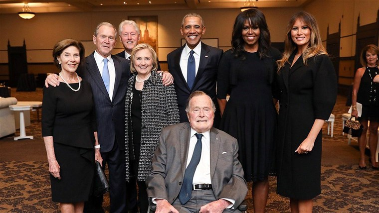 Foto of former U.S. Presidents and first ladies posing with Melania Trump at Barbara Bush's funeral
