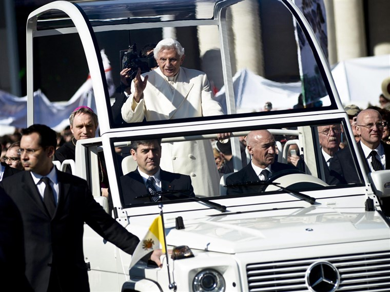 Popiežius Benedict XVI waves to the crowd from the specially modified Mercedes dubbed the