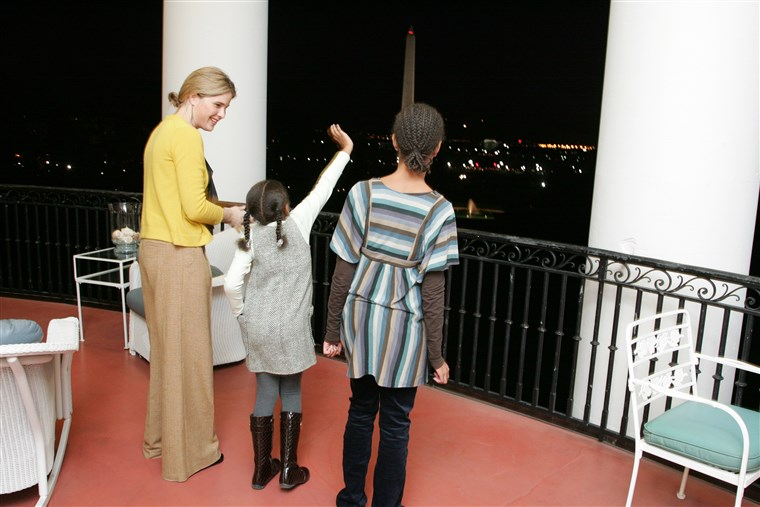 Barbara and Jenna Bush give Malia and Sasha Obama a White House tour in 2008
