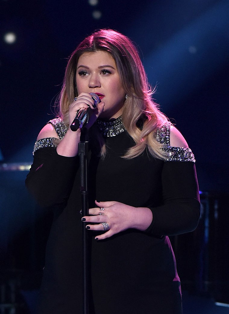 Гост judge and Season 1 winner Kelly Clarkson performs onstage at FOX's American Idol Season 15 on February 25, 2016 in Hollywood, California.