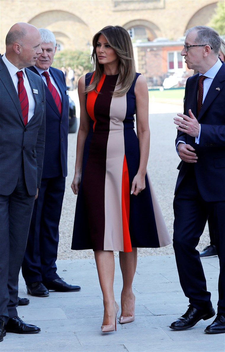 Vaizdas: U.S. First Lady Melania Trump and Philip May, the husband of Britain's Prime Minister Theresa May, visit the Royal Hospital Chelsea, where they are met by veterans, in central London