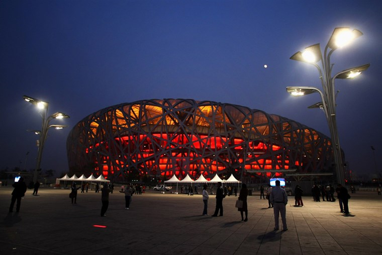 Pekinas - DECEMBER 10: Crowds of tourists visit the National Stadium, known as the